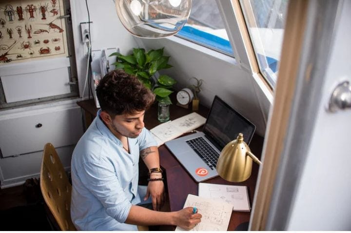 Make sure that your work environment at home is nice and delimitate the spaces. A computer, Internet and good lighting are keys to develop you work as a freelancer.